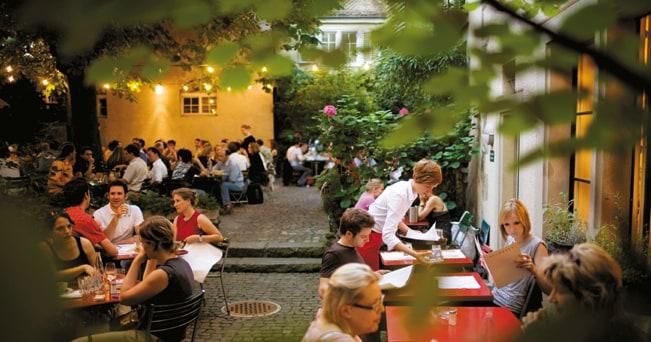 Uno dei ristoranti all'aperto di Neumarkt, nel centro storico di Zurigo (foto Martin Rütschi - Zurigo Turismo)