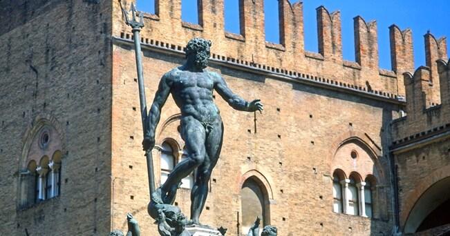 Bologna, Piazza Maggiore con la Fontana del Nettuno e Palazzo del Re Enzo (foto PjrTravel / Alamy)