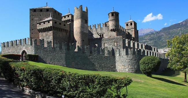 Il Castello di Fénis. A pianta pentagonale, è celebre per i suoi affreschi a sfondo religioso come quello che raffigura san Giorgio che uccide il drago (foto Tibor Bognar / Alamy)