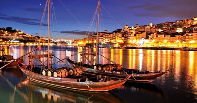 Porto, alcune barche storiche sul fiume Douro (foto Cro Magnon / Alamy / Milestone Media)