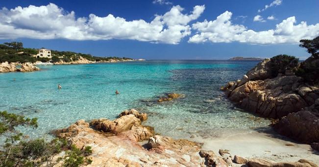 Cala Liscia Ruia, una delle spiagge più belle della Costa Smeralda (foto btravelstock44/Alamy/Milestone Media)