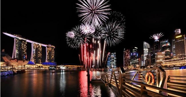 Il 9 agosto si festeggiano i 50 anni della dichiarazione di indipendenza di Singapore con fuochi d'artificio e sfilate (foto Singapore Tourism Board)