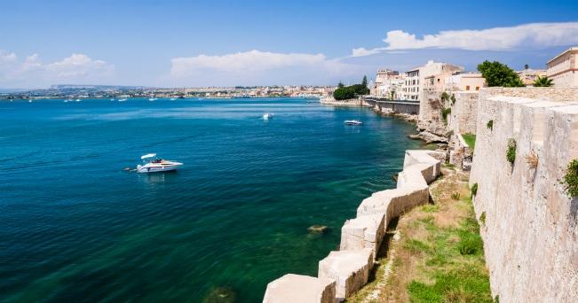 Siracusa la sicilia del mito il sole 24 ore for Siracusa vacanze mare