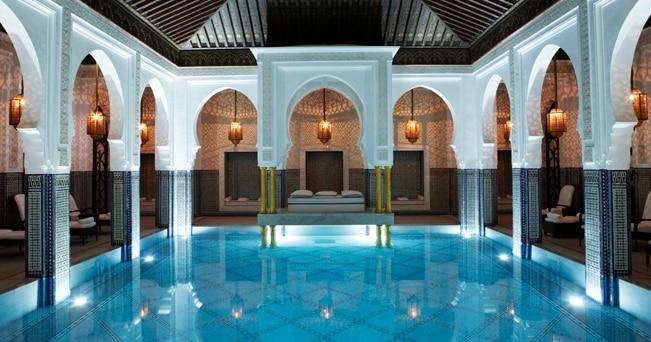 La scenografica piscina interna dell'hotel La Mamounia