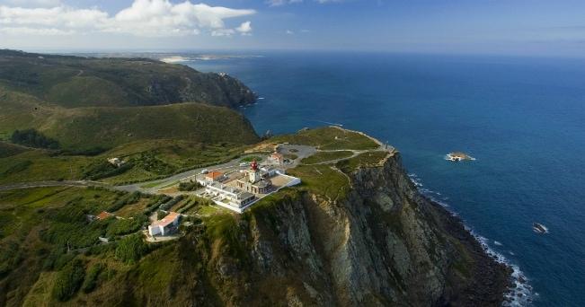 Veduta di Cabo da Roca, promontorio roccioso che si getta nell'Atlantico agitato dalle onde (ph Turismo de Lisboa)