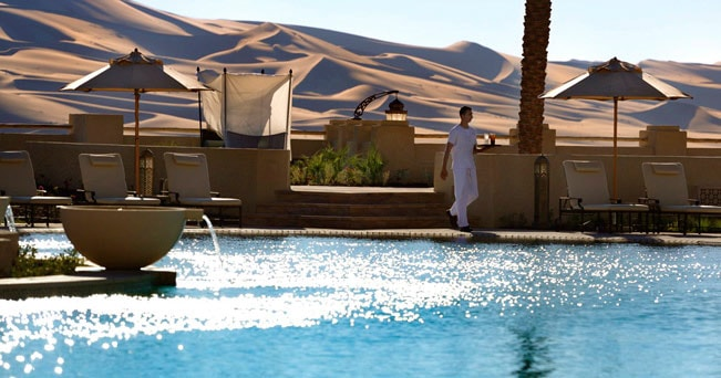 La piscina dell'Anantara Spa, negli Emirati Arabi
