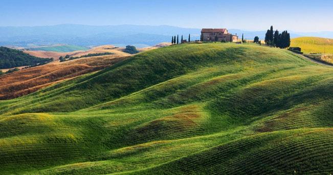 Una villa su una collina vicino ad Asciano, Siena (foto Inge Johnsson / Alamy)