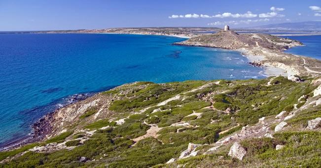 Vista dalle colline di Capo San Marco sulla torre spagnola e su Tharros (foto Imagebroker / Alamy)