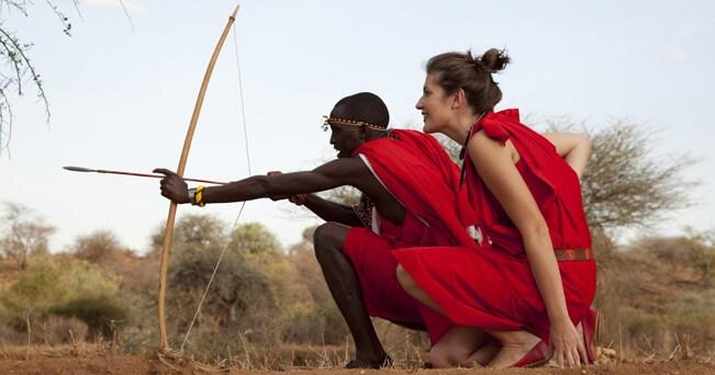 Arco e frecce. Il corso insegna le tecniche di combattimento masai