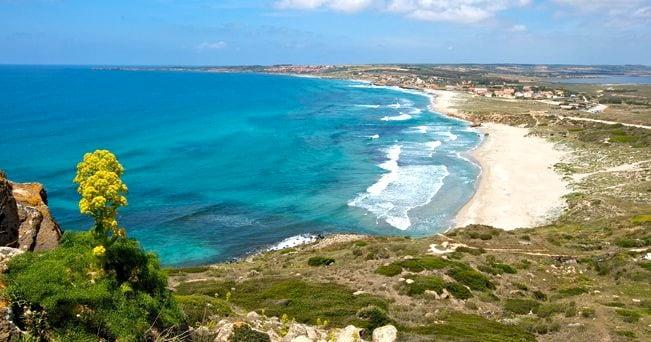 La lunga spiaggia sabbiosa di San Giovanni in Sinis (foto Alamy/Milestone Media)