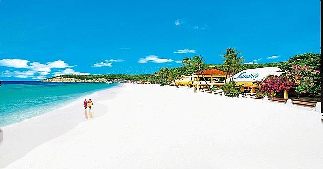 Una spiaggia di Antigua, meta obbligata di ogni crociera caraibica