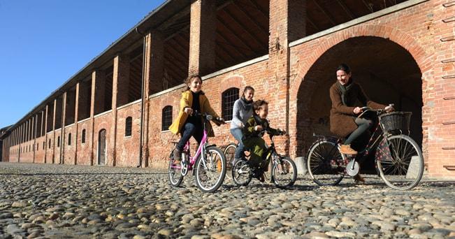 Una famiglia in bicicletta nel vercellese (foto SPIN360)