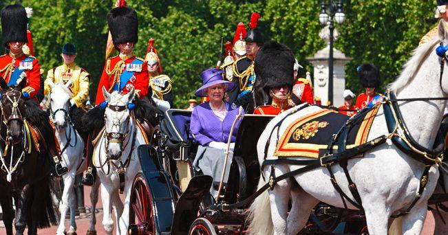 La regina Elisabetta e il principe FIlippo in carrozza (foto Mo Peerbacus / Alamy/Milestone Media)