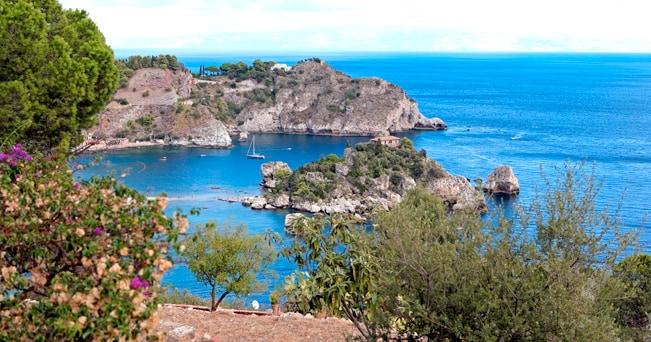 Il mare di Taormina e l'Isola Bella (foto Peter Scholey / Alamy/Milestone Media)