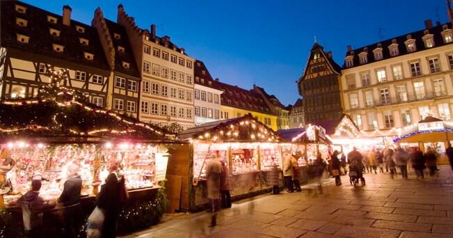 Il mercatino di Strasburgo (foto Lloyd Sutton / Alamy)