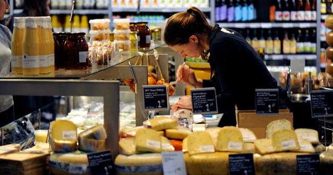 Un negozio di formaggi biologici (foto Enrico De Santis)