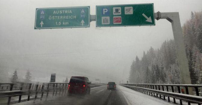 Le corsie sull'autostrada A22 coperte dalla neve in Alto Adige al confine con l'Austria. (ANSA/Roberto Tomasi)
