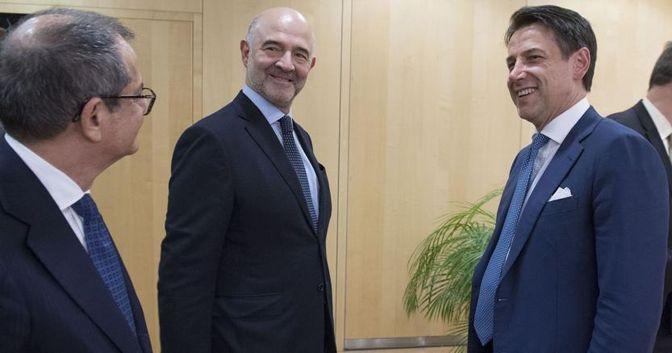 Da sinistra, il ministro dell'Economia Giovanni Tria, il commissario Ue Pierre Moscovici e il premier italiano Giuseppe Conte. (Imagoeconomica - Filippo Attili)