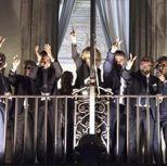 Il vicepremier Luigi Di Maio e i ministri del M5s affacciati dalle finestre di palazzo Chigi per salutare il gruppo di manifestanti che stanno festeggiando davanti alla sede della Presidenza del Consiglio. Dopo un braccio di ferro con il ministro del Tesoro Tria, che sosteneva la necessità di non andare oltre la soglia dell'1,9% nel rapporto tra deficit e pil, la scelta del governo è caduta sul 2,4%, in linea con quanto richiesto dal vicepremier pentastellato e da Matteo Salvini (foto Ansa)
