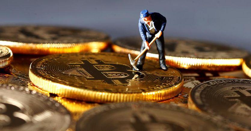 """Bitcoin come l'oro: si riscopre """"bene rifugio"""" e corre quando crollano le Borse"""