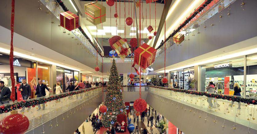 Gli italiani spenderanno 170 euro a testa per i regali, calo del 30% in 10 anni