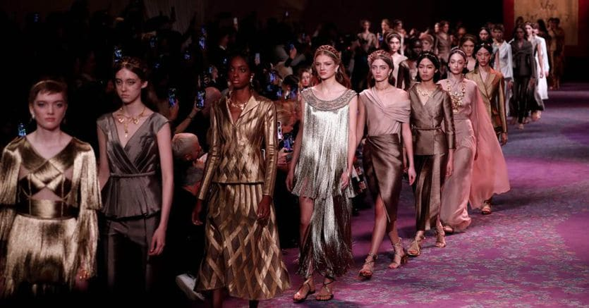 Dior e Schiaparelli, nell'alta moda l'atelier scolpisce una femminilità decisa