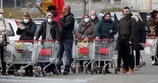 In fila per fare la spesa a Casalpusterlengo, 23 febbraio 2020 (Reuters)