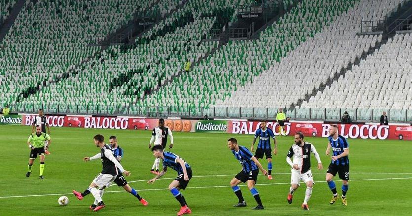 Dal blocco dei tornei alle porte chiuse, il calcio ora si ferma in tutta in Europa