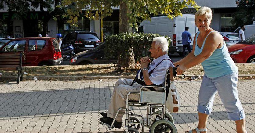 Contagi dalla Romania, in Italia scatta l'allarme badanti. E Speranza impone la quarantena thumbnail