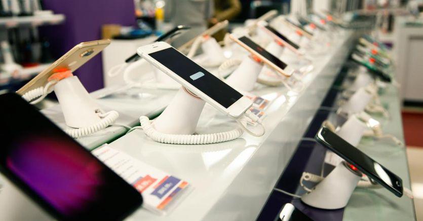 Smartphone ancora in caduta libera. Male Samsung, si salva solo Apple thumbnail