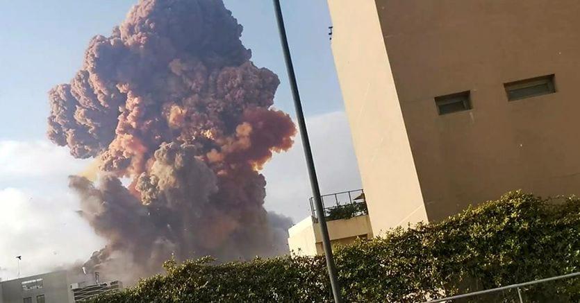 Beirut, esplosione in un deposito di fuochi d'artificio devasta la zona del porto. Almeno 10 vittime, centinaia di feriti thumbnail