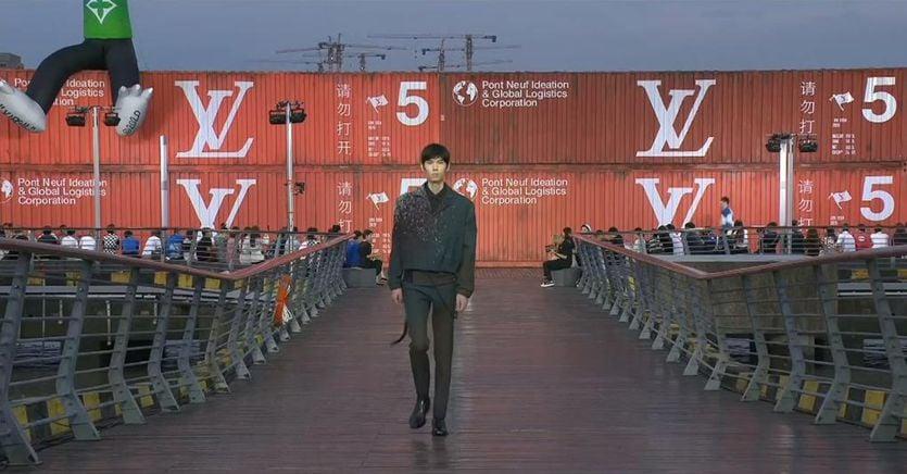 Louis Vuitton sfila a Shanghai davanti a un pubblico esclusivamente cinese, ma lo streaming è globale