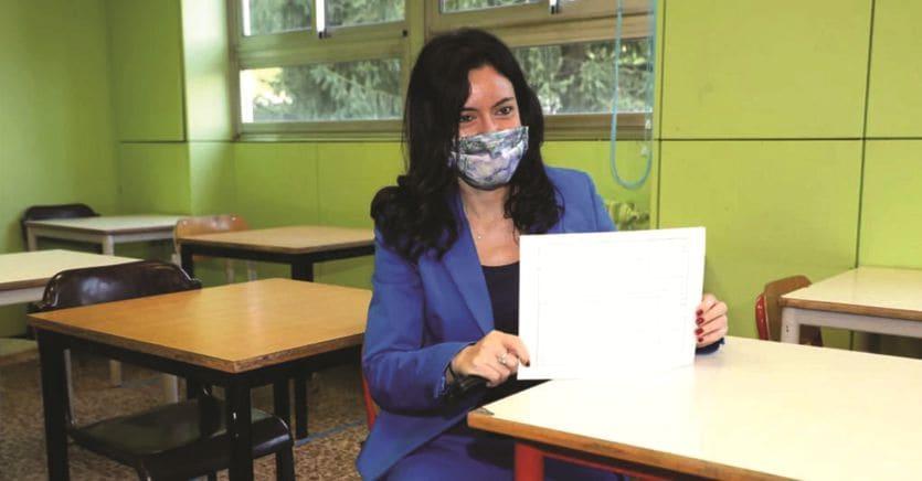 Scuola, dalle distanze ai test sierologici pronte le regole per il ritorno in classe. Banchi, aule e prof in pole tra le incognite thumbnail
