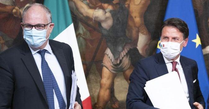 Da sinistra a destra, il ministro dell'Economia Roberto Gualtieri e il premier Giuseppe Conte (foto Ansa)