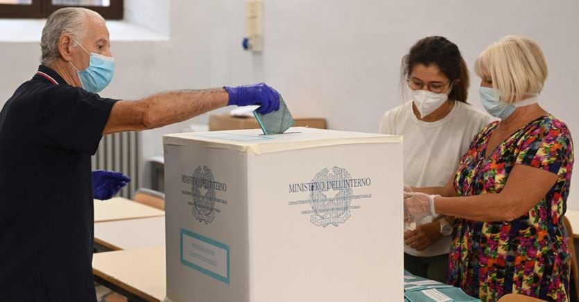 Referendum e regionali: riaperti i seggi, si vota fino alle 15 thumbnail