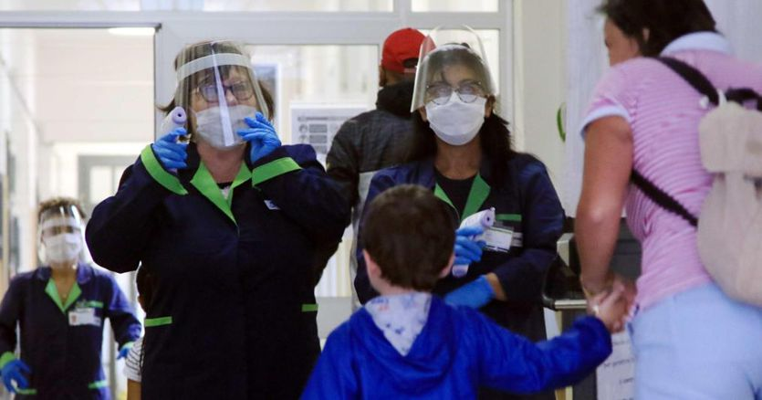 Coronavirus, ultime notizie: oggi in Italia 1.108 nuovi casi e altre 12 vittime. Tamponi in calo thumbnail