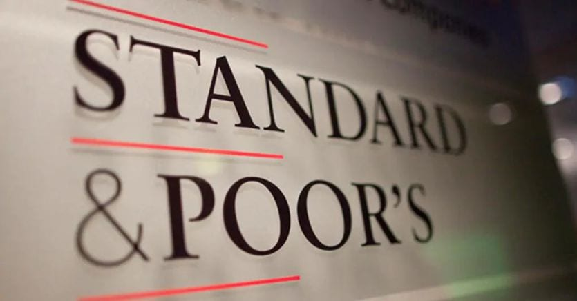 S&P conferma il rating dell'Italia a «BBB» e migliora l'outlook da negativo a stabile