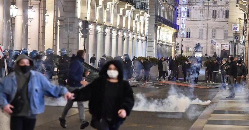 Antagonisti e ultras, chi ha acceso le proteste di piazza contro le misure del Governo: «Forse una regia comune»