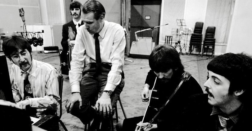 George Martin lavora con i Beatles alle registrazioni di «Sgt. Pepper» (Marka)