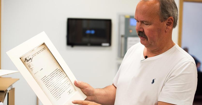 Erik Gyllensvaan, ceo dell'omonima azienda svedese, mostra la prima lettera spedita al padre Nils da Ikea, nel 1952
