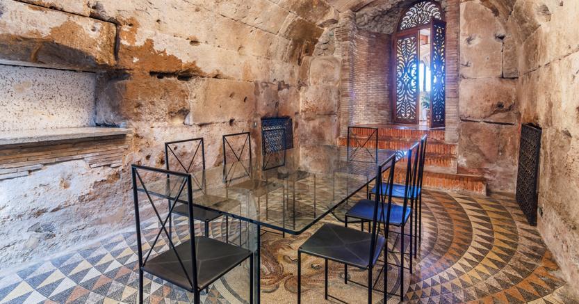 Carlo Ponti stupiva i suoi ospiti accogliendoli in una stanza di epoca romana con le pareti e la volta di  di tufo e il pavimento in mosaico con una testa di Medusa. La stanza fa parte della tenuta in vendita - Courtesy of Lionard
