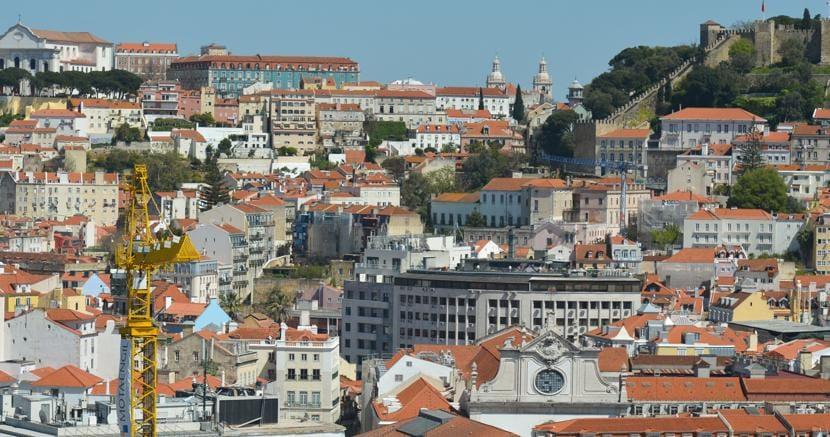 Una veduta di Lisbona,  città su cui hanno messo gli occhi gli investitori internazionali