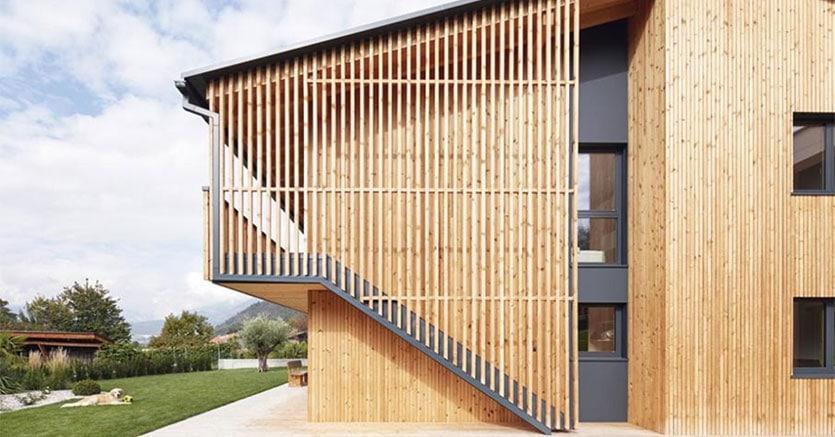 Casa bifamiliare in legno massiccio di Holzius, a Vezzano, in provincia di Bolzano (credit Riller)