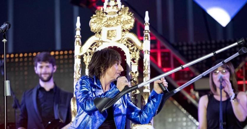 Gianna Nannini «in trono» con le stampelle sul palco del Concertone del primo maggio (Ansa)