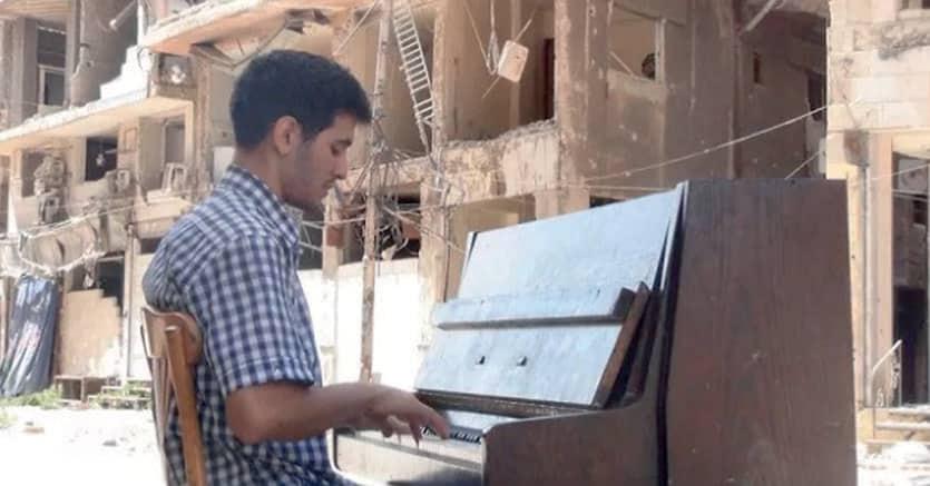 Aeham Ahmad suona a Yarmouk: è una delle immagini che hanno fatto il giro del mondo