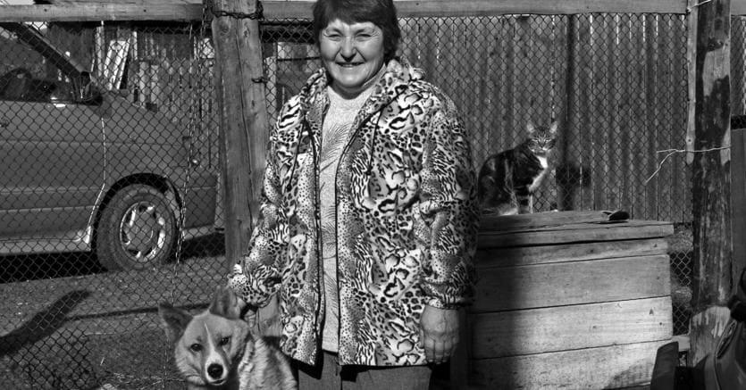 Irina e il suo cane siberiano  abitano in una delle baracche dei gulag rimaste in piedi nella Kolyma