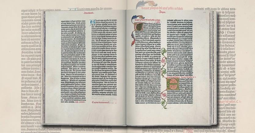 42 righe.Una pagina dall'edizione in  fascimile della Bibbia di Gutenberg che viene pubblicata da Taschen in questi giorni (€ 100). L'edizione  deriva da una delle poche copie in pergamena sopravvissute, si tratta della copia di Gottinga, rilegata in due volumi. Sono incluse tutte le 1282 pagine di questa copia,  dotata di meravigliose miniature. Nel libro di Esther il rubricatore ha sottolineato in rosso alcuni passaggi extra-biblici che lo stesso san Gerolamo diceva provenire dalla Bibbia greca  dei 70. L'edizione Taschen è accompagnata da un ricco testo di  Stephan Füssel, tra i massimi esperti di Gutenberg
