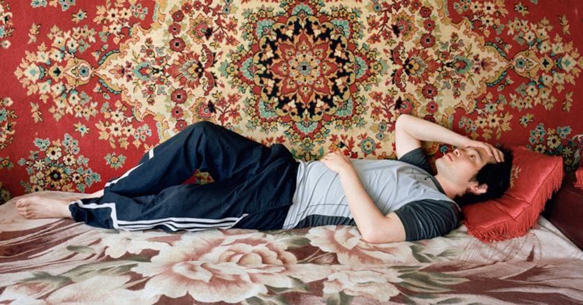 Attivi da sdraiati.Un'immagine della serie «I, Oblomov» realizzata dal giovane fotografo Ikuru Kuwajima ed esposta dal 20 aprile  al 23 maggio  al «Photobookfest 2018», il festival internazionale  di fotografia contemporanea di Mosca