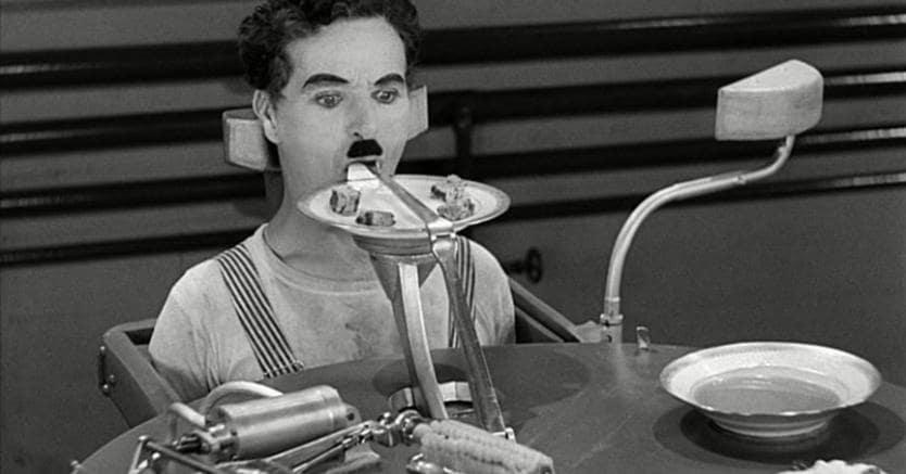 Charlie Chaplin sperimenta la macchina della pausa pranzo in «Tempi Moderni» (1936)