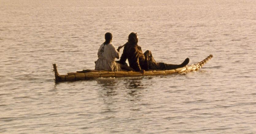 Sul fiume.  Un'immagine di «Teza» (rugiada), l'intenso film del regista etiope Haile Gerima, premiato alla Mostra del cinema di Venezia 2008 con il Leone d'argento